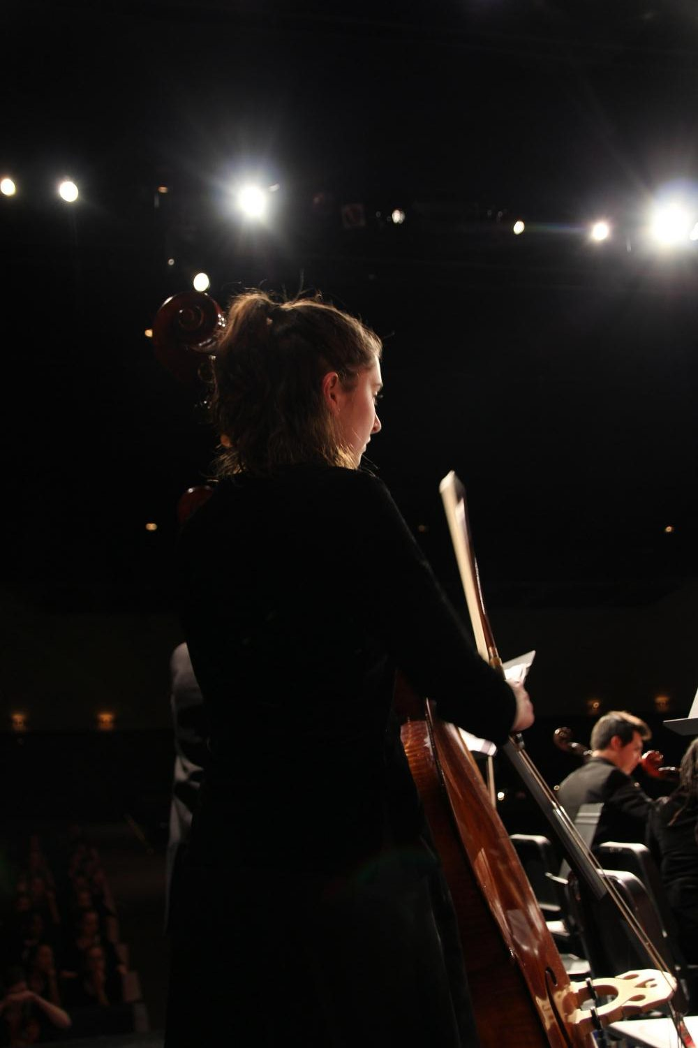 As+the+stage+lights+gleamed+in+front+of+her%2C+Lily+Van+Rees%2C+sophomore%2C+plays+her+double+base+at+the+orchestra+Winter+Concert+Dec.+6.+