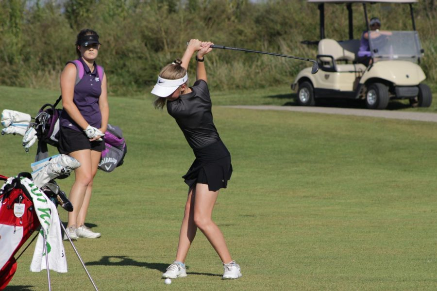 Focusing+on+the+ball%2C+Morgan+Gindler%2C+junior%2C+swings+her+club+at+Aberdeen+Golf+Club%2C+Sept.+30